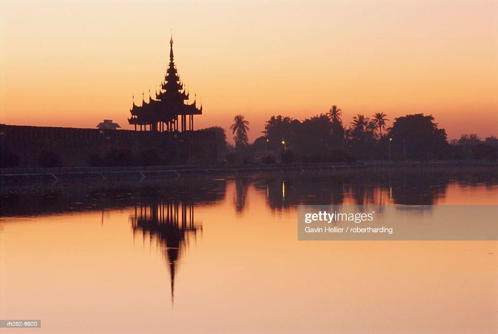 Mandalay fort and moat at sunset, Mandalay, Myanmar (Burma), Asia : Stockfoto