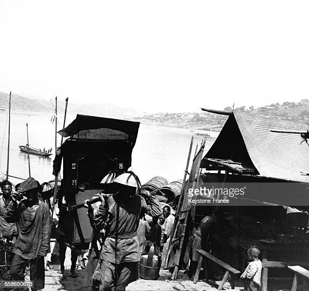 Mandarin dans une chaise à porteurs à Chongqing Chine circa 1910