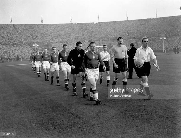 BILLY WRIGHT LEAD OUT THE TEAMS IT TURNED OUT TO BE ENGLANDS FIRST DEFEAT BY A FOREIGN TEAM IN ENGLAND THEY LOST 63 IN THE RETURN MATCH IN BUDAPEST...