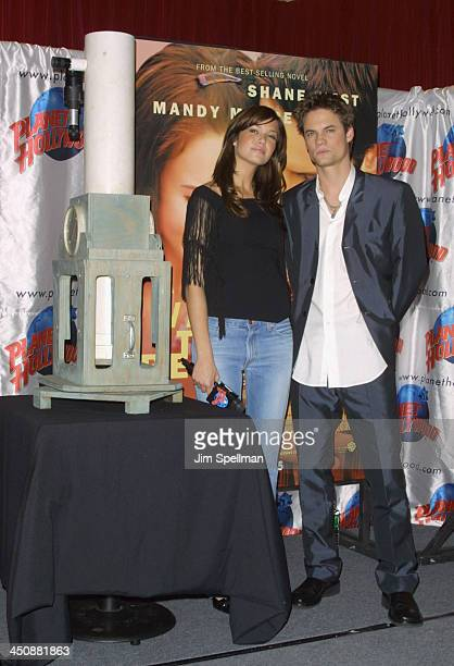 Mandy Moore Shane West present a telescope to Planet Hollywood from their movie A Walk To Remember