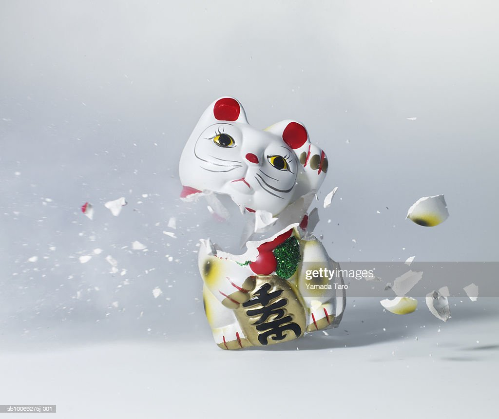 Maneki Neko exploding, close-up : Stockfoto