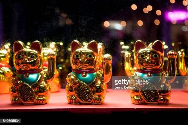 maneki-neko; chinese lucky cat - suerte fotografías e imágenes de stock