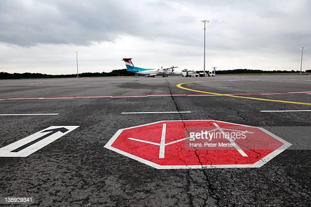 maneuvering area at airport - luxemburg stad luxemburg stockfoto's en -beelden