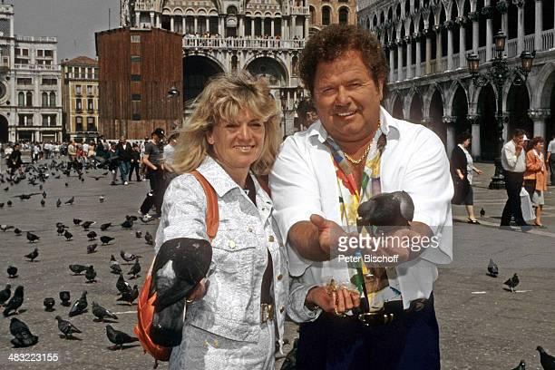 """Manfred Durban und Ehefrau Helene, ZDF-Special """"Liebe ist ... Mein erster Gedanke"""" am , Markusplatz, Venedig, Italien."""