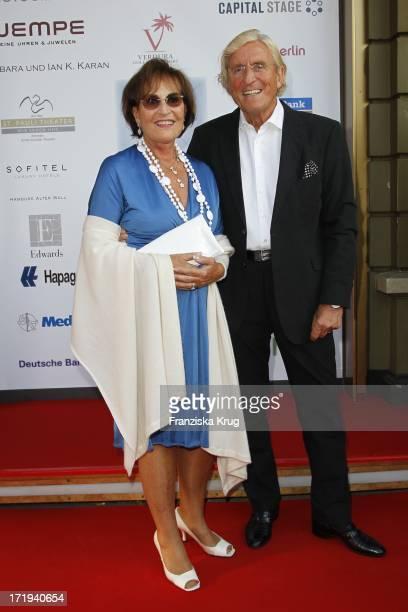 Manfred Und Katharina Baumann Bei Der Das Kleine Herz Im Zentrum Benefizgala Im St Pauli Theater In Hamburg