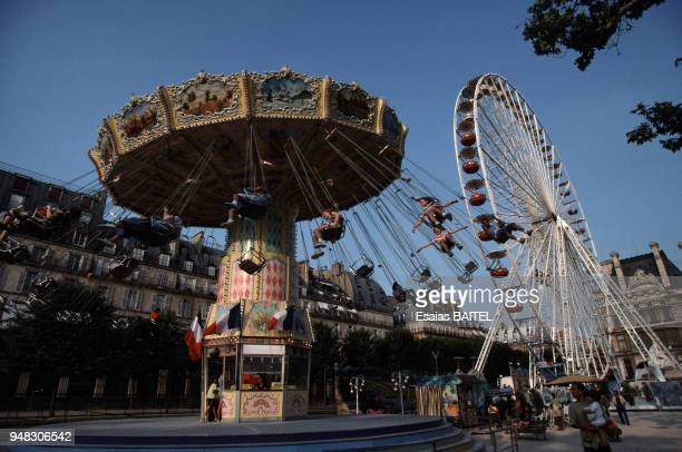 Manèges de la fête foraine du jardin des Tuileries à Paris France