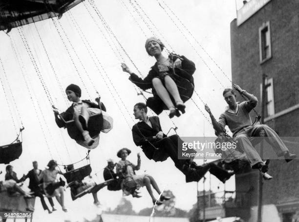 Manèges à la fête foraine de Hampstead Heath à Londres RoyaumeUni en août 1931