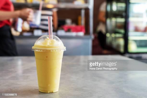 mango smoothie - 麦わら ストックフォトと画像