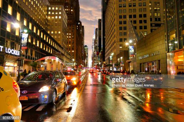 manhattan, 42nd street at twilight in the rain, new york, usa - victor ovies fotografías e imágenes de stock