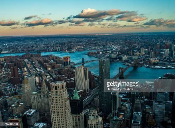 Manhattan und Brooklyn Brücken über One World Trade Center