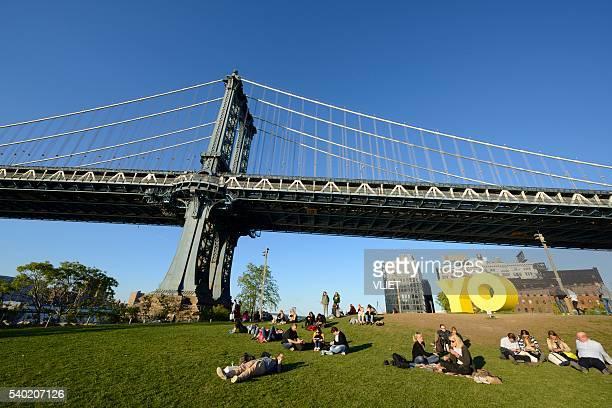 manhattan-brücke aus brooklyn bridge park - brooklyn bridge park stock-fotos und bilder