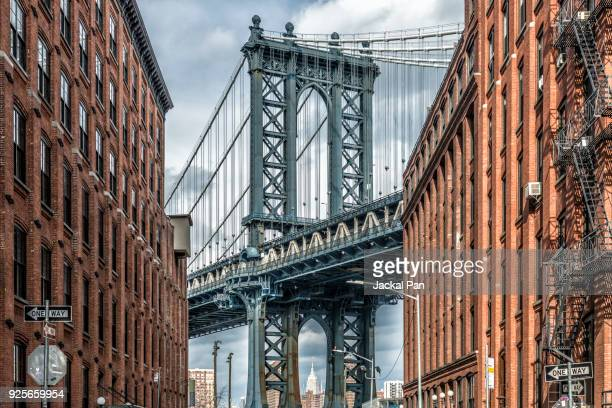 manhattan bridge seen from dumbo - dumbo imagens e fotografias de stock