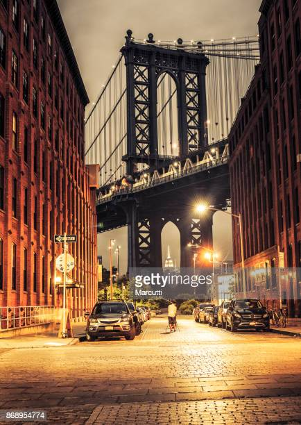 manhattan bridge view from washington street at night - dumbo imagens e fotografias de stock