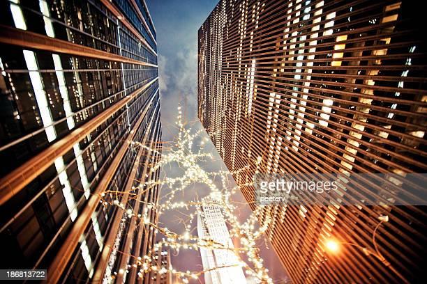 manhattan gebäude. - new york weihnachten stock-fotos und bilder