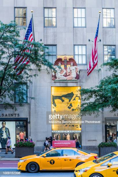 manhattan, midtown manhattan, fifth avenue, taxis near the main entrance of the north wing of the international building at 636 fifth avenue - インターナショナルビル ストックフォトと画像