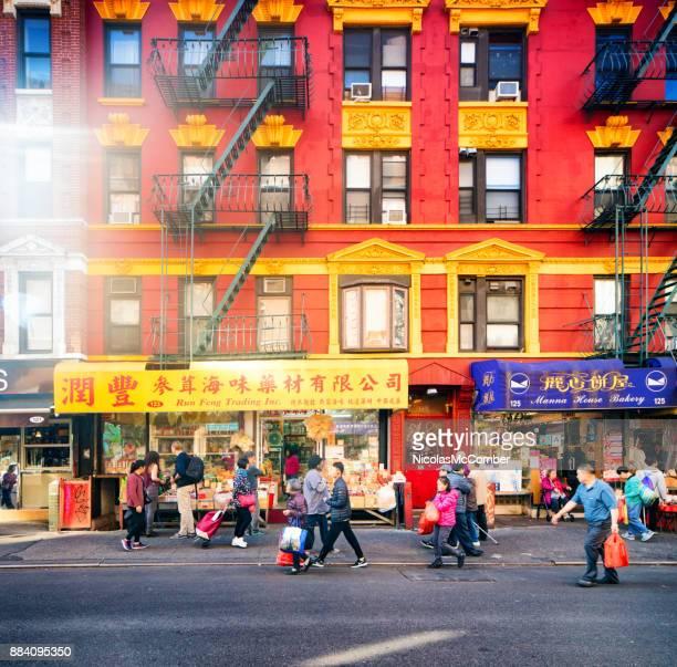 ニューヨーク市チャイナタウンのストリート シーン早朝