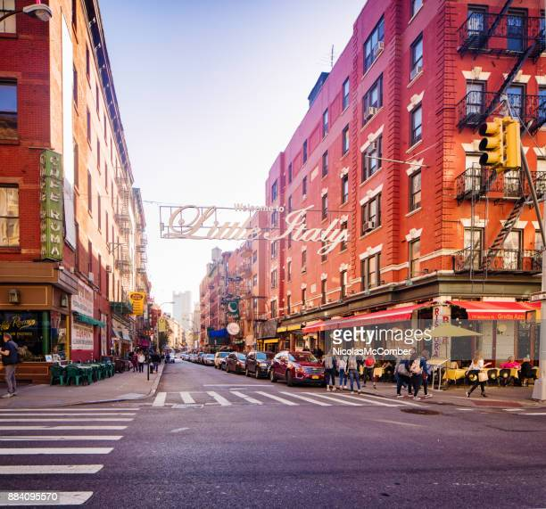 manhattan new york city little italy mulberry street scene with welcome sign - little italy new york foto e immagini stock