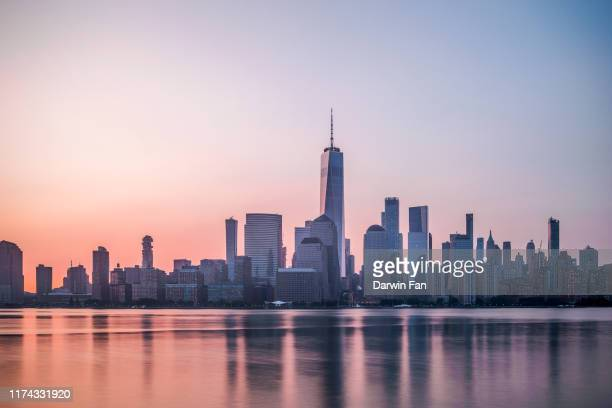 manhattan new york skyline - new york city skyline stock pictures, royalty-free photos & images