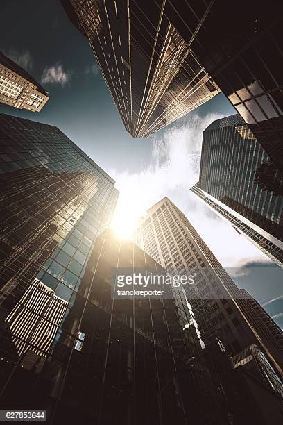 manhattan office building from below - wolkenkrabber stockfoto's en -beelden