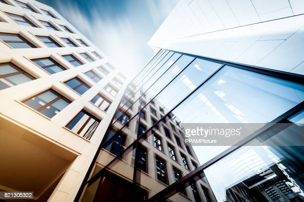 manhattan office building from below - grattacielo foto e immagini stock