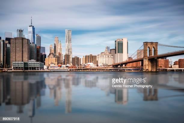 manhattan skyline and brooklyn bridge - novembro azul - fotografias e filmes do acervo