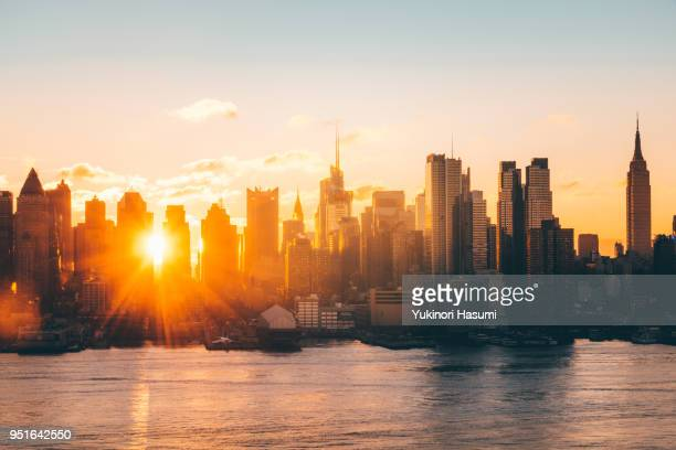 manhattan skyline at daybreak - zonsopgang stockfoto's en -beelden