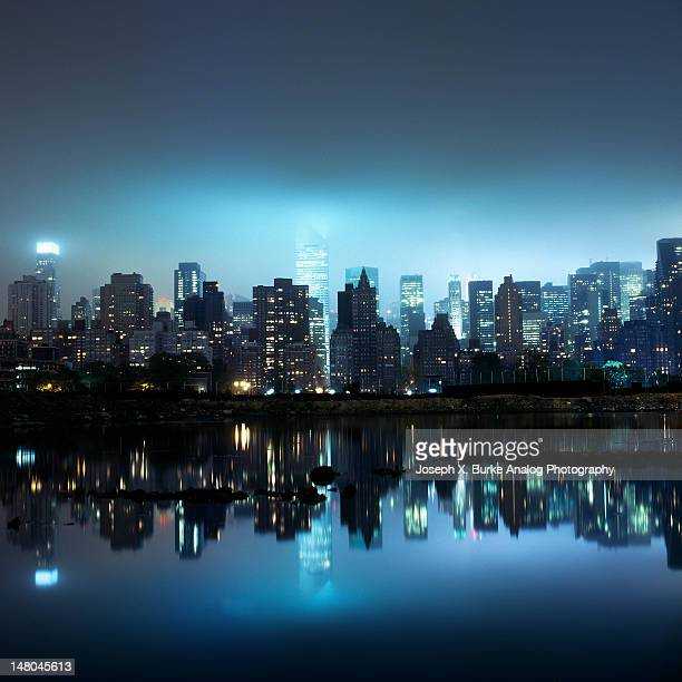 manhattan skyline at nigh - queens new york city stock pictures, royalty-free photos & images