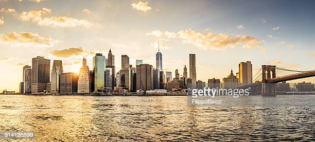 manhattan skyline bei sonnenuntergang - new york city stock-fotos und bilder