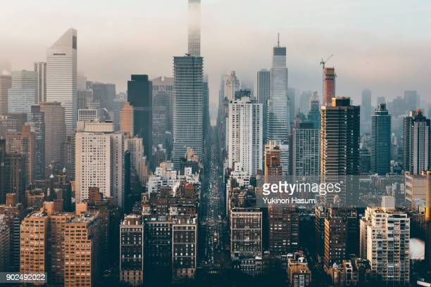 manhattan skyline from above - wolkenkrabber stockfoto's en -beelden