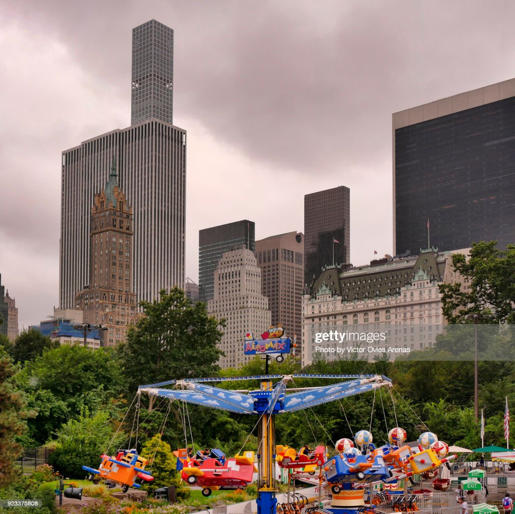 Manhattan skyline from the Victorian Gardens Amusement Park in Central Park, New York, USA : Foto de stock