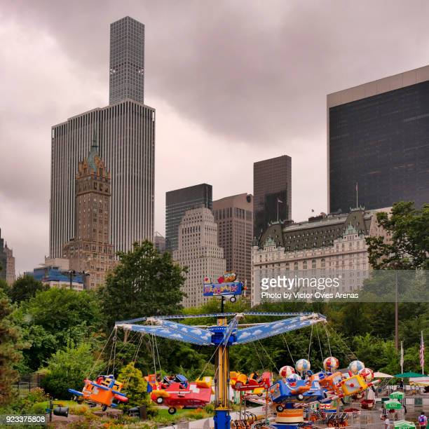 manhattan skyline from the victorian gardens amusement park in central park, new york, usa - victor ovies fotografías e imágenes de stock