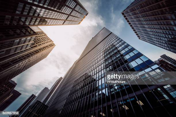 manhattan skyscapers wall street financiële district new york city - wolkenkrabber stockfoto's en -beelden