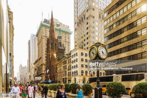 manhattan, the trump tower clock and the fifth avenue - presbyterianisme stockfoto's en -beelden