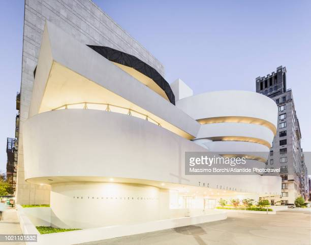 manhattan, upper east side, museum mile, view of the solomon r. guggenheim museum (architect: frank lloyd wright) - solomon r. guggenheim museum stock pictures, royalty-free photos & images