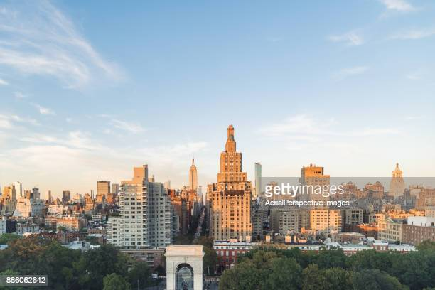 manhattan urban skyline at sunset - washington square park stock pictures, royalty-free photos & images