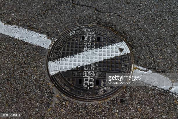manhole cover - vicente méndez fotografías e imágenes de stock