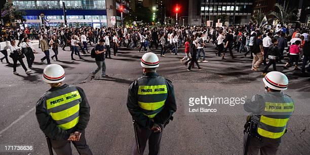 Manifestantes protestam na Av. Paulista durante 5ª manifestação organizada pelo Movimento Passe Livre que reivindica a redução da passagem de ônibus...