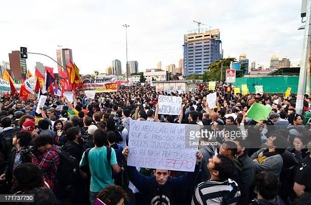 NIBUS Manifestantes se reúnem no Largo da Batata no bairro de Pinheiros em São Paulo para participar da 5ª manifestação organizada pelo Movimento...