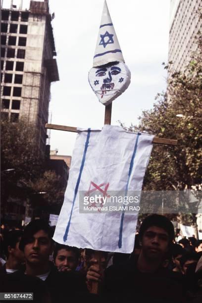 Manifestants agitant des drapeaux contre Israël pour s'élever contre la conférence de Madrid pour engager un processus de paix au ProcheOrient le 4...