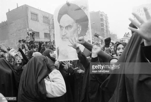 Manifestants brandissant des portraits de l'ayatollah Khomeini dans les rues de Téhéran après le départ du Shah d'Iran le 16 janvier 1979 Iran