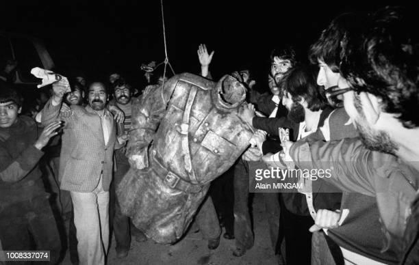 Manifestants brandissant le buste d'une statue du Shah décapitée dans les rues de Téhéran après le départ du Shah d'Iran le 16 janvier 1979 Iran