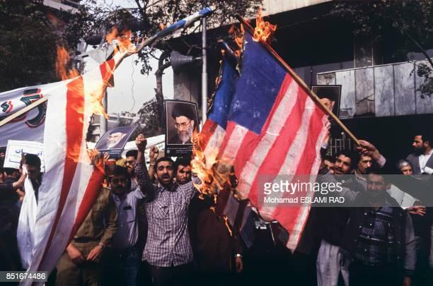 Manifestants brûlant des drapeaux américains pour protester contre la conférence de Madrid engageant un processus de paix au ProcheOrient le 4...