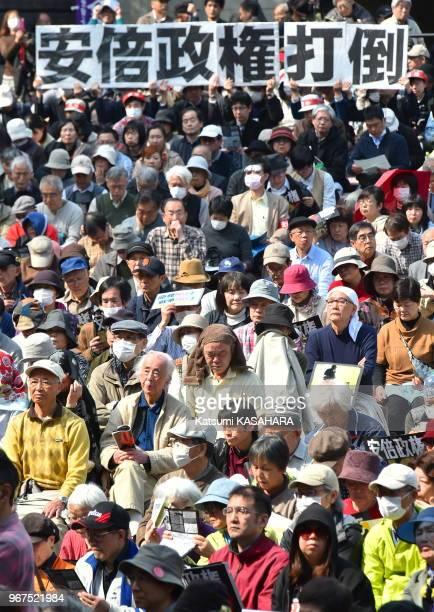 Manifestants dans un park avec une banderole appelant le premier ministre Shinzo Abe et son gouvernement à démissionner le 22 mars 2015 Tokyo Japon