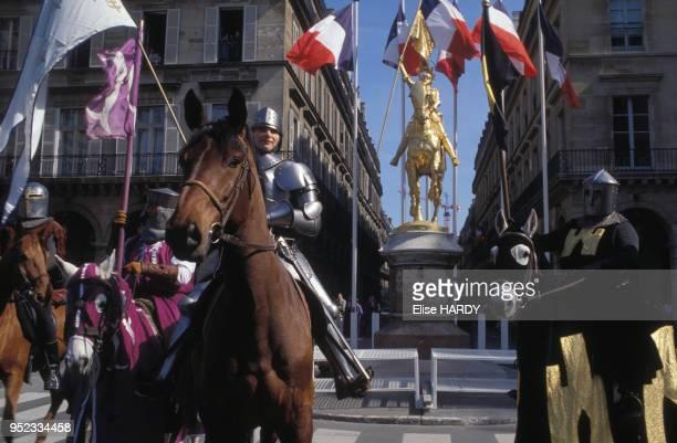 Manifestants du Front National déguisés en chevaliers devant la statue de Jeanne d'Arc sur la place des Pyramides à Paris le 1er mai 1994 France