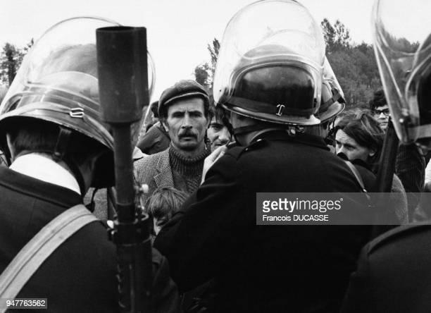 Manifestants faisant face à la police lors d'une manifestation contre le nucléaire.