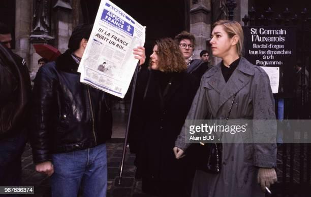 Manifestants royalistes devant l'église SaintGermain l'Auxerrois pendant la messeanniversaire de la mort du roi Louis XVI le 21 janvier 1989 à Paris...