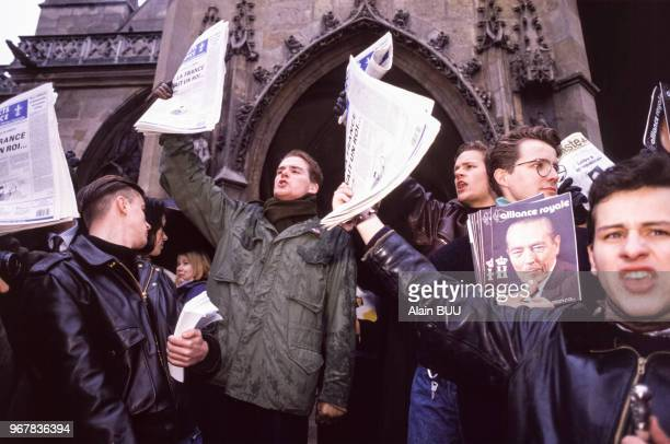 Manifestants royalistes devant l'église SaintGermain l'Auxerrois pendant la messeanniversaire de la mort du roi Louis XVI avec notamment un portrait...