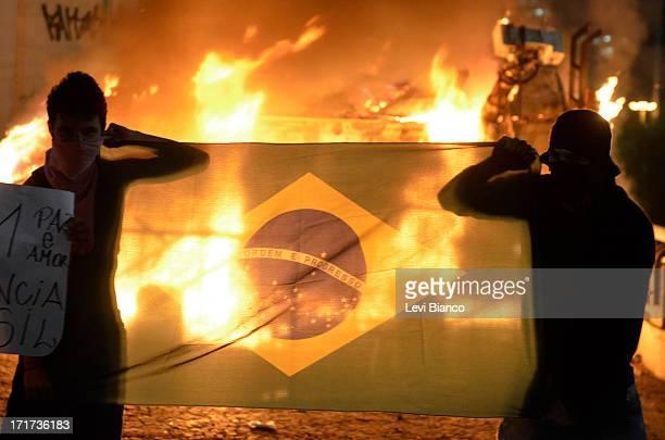 CONTENT] Manifestação organizada pelo Movimento Passe Livre que reivindica a redução da tarifa de ônibus na cidade de São Paulo Durante o ato...