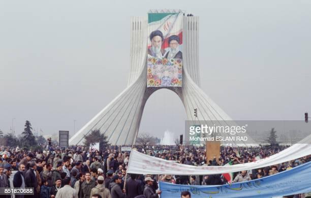 Manifestation commémorant le 14e anniversaire de la révolution islamique devant la tour Azadi où flottent les portraits des ayatollahs Khomeini et...