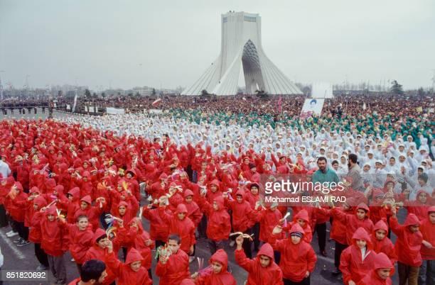 Manifestation commémorant le 14e anniversaire de la révolution islamique devant la tour Azadi le 11 février 1993 à Téhéran Iran